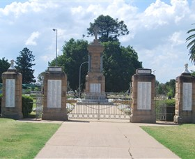 Warwick War Memorial and Gates - Yarra Valley Accommodation