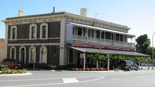 Royal Arms Hotel - Yarra Valley Accommodation